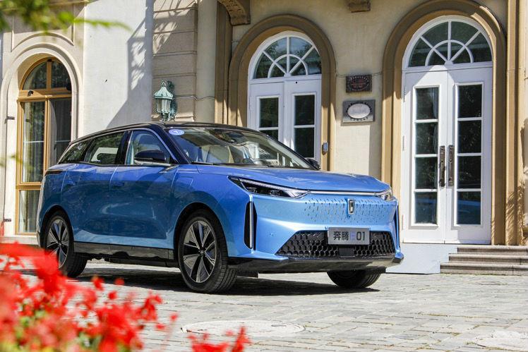 试驾奔腾全新纯电动SUV E01,造型科幻,配三块大屏,驾乘感舒适